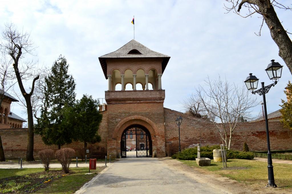 poarta-palatului-mogosoaia