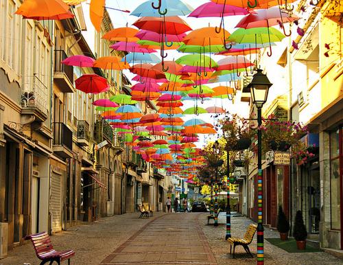 umbrele-colorate-pe-cer