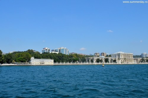 Dolmabahce-vazut-de-pe-Bosfor
