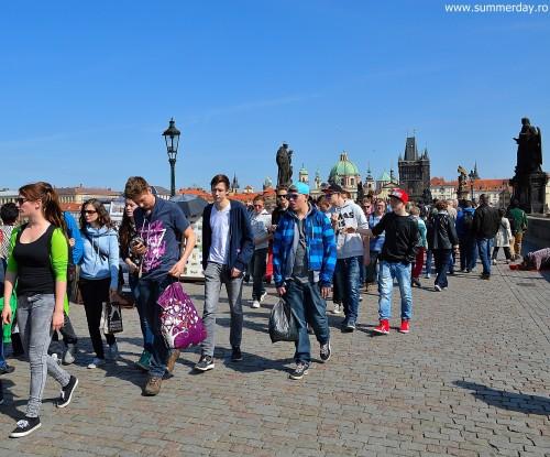 turisti-la-praga-pe-podul-carol