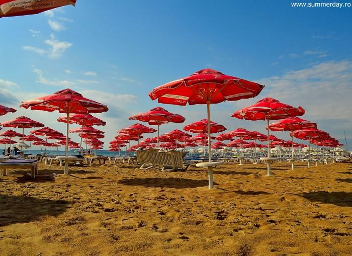 sezlonguri-si-umbrelute-pe-plaja-sunny-beach