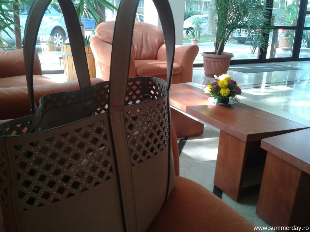 geanta-mea-in holul-hotelului-doina-neptun-2015