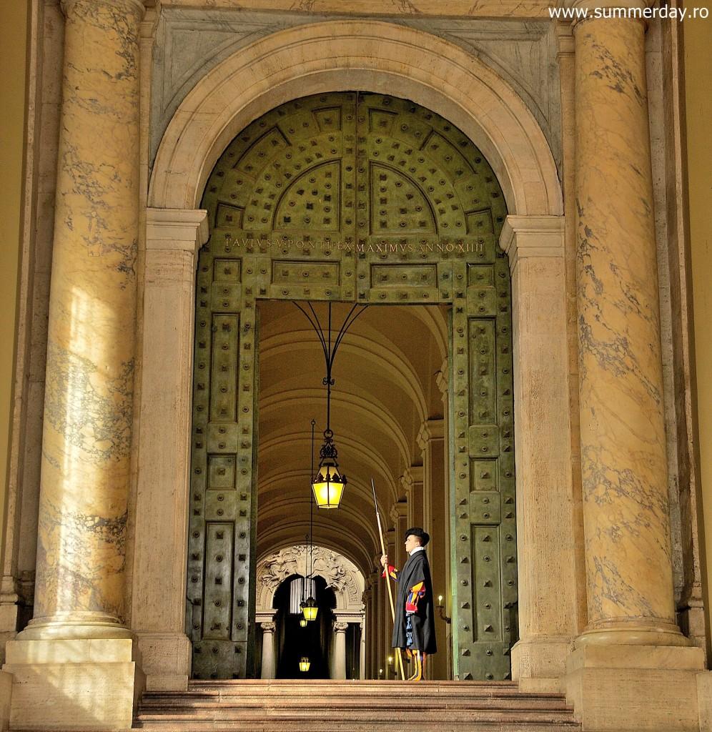 poarta-de-bronz-intrarea-oficiala-in-palatul-vatican